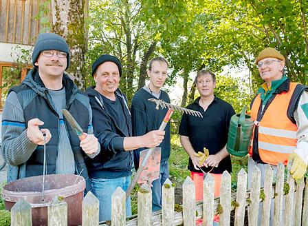 Das Umweltteam bei der Gartenarbeit